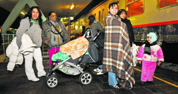 Asielzoekers vanuit Brussel op weg naar Sint-Niklaas, waar ze onderdak kregen in een hotel. Bart Dewaele