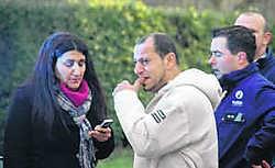 Met de tranen in de ogen kijkt Duraid Fouad (midden) naar de ravage die het vuur aanrichtte. dji