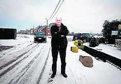 Jean-Pierre De Laet ziet met lede ogen het verkeer door zijn straat razen. Stijn Hermans