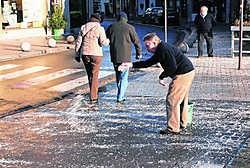 De stad roept haar inwoners op hun verantwoordelijkheid te nemen en zelf te strooien op het voetpad voor hun huis. Kris Vanhee