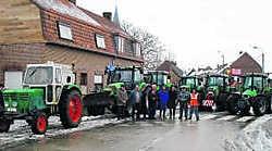 De tractoren staan klaar om zout te strooien. pli