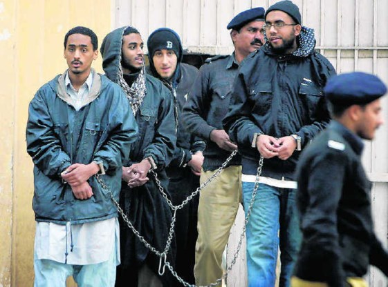 Vijf moslims uit het Amerikaanse Alexandria zitten in Pakistan in de cel als terreurverdachten. Gisteren verschenen ze voor de rechter. ap