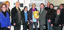 Christine Geleyn en haar dochter ontvangen een cadeau, omdat ze als 10.000ste bezoeker langskomen in de Woonwinkel. dhs