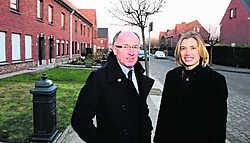 Voorzitter Koen Byttebier en directeur Ilse Piers van Goedkope Woning in de wijk Venning die wordt omgebouwd tot een ecologische modelbuurt. Patrick Holderbeke