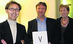 Coördinator van Be-Part Patrick Ronse, gedeputeerde Gunter Pertry en zijn collega Marleen Titeca-Decraene stellen het boek 'V' voor. Jan Decock