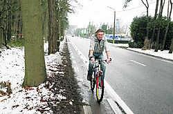 De weg van Lichtaart naar Poederlee is een typisch voorbeeld van een ouderwetse verbindingsweg tussen twee dorpen: een lange rechte weg die is afgeboord met een smal 'moordstrookje' voor fietsers.Louis Verbraeken