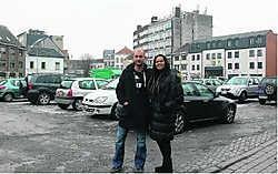 Paul Oste en Stéphanie Ba aan de Hopmarkt in Aalst: 'Als je hier parkeert, heb je maar beter laarzen aan.' Bart Biesemans