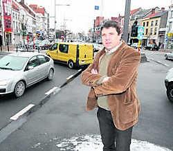 Unizo-voorzitter Geert Leloup in het stadscentrum van Eeklo. 'Als we van Eeklo een gezellige shopstad willen maken, moet het zware verkeer weg uit het centrum.' Michel Moens