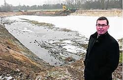 Schepen Johan Braem bij het nieuwe waterspaarbekken. Kurt Desplenter