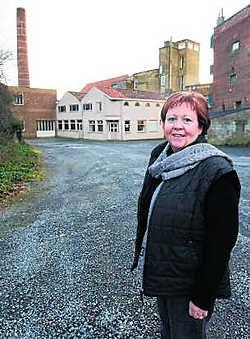 Burgemeester Ria Beeusaert-Pattyn voor de site Debaillie. Hier komt een nieuw complex met zaal en in de tweede fase een bibliotheek en muziek- en woordacademie. sbr