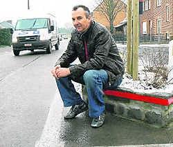 'Ik denk dat dit het enige muurtje is dat nog niet werd aangereden', zegt Christiaan Demunter, die al dertien jaar in de onveilige Waalstraat woont. Johan De Ruyck