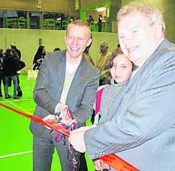 Staatssecretaris Bruno De Lille knipt het lint door. Gymnasium is officieel open. rdb