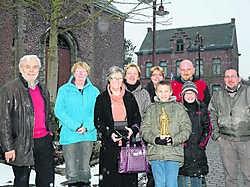 De organisatoren van de Trippenworp met het beeldje van Sint-Antonius aan de Sint-Antoniuskerk. Eddy Vuylsteke