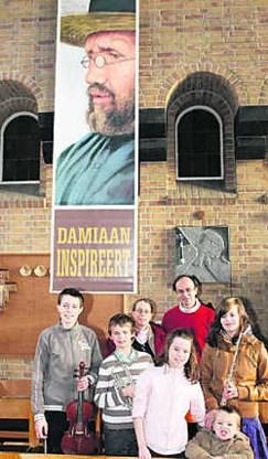 Marc Deckers, zijn vrouw Marijke en de vijf kinderen brengen muzikaal hulde aan Sint-Damiaan. tab