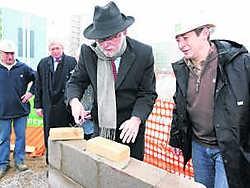 Rector Paul Van Cauwenberge legde de eerste steen van het nieuwe complex op de Kantienberg.Frederiek Vande Velde