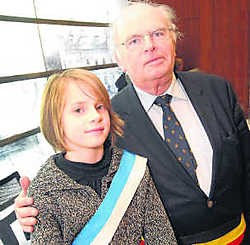 Elisa Van Vreckem als nieuwste kinderburgemeester naar Hugo Casaer (CD&V), de 'grote' burgemeester van Beersel. yds