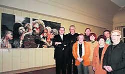 Bisschop Luc Van Looy met onder meer deken T'Sjoen en burgemeester Dupont bij het doek van Carl Vandendaele. pma