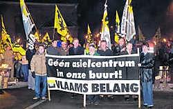 Zo'n 150betogers stapten op achter een spandoek met de slogan: 'Geen asielcentrum in onze buurt'. Stefaan Beel