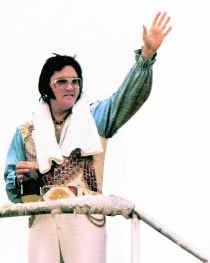 Elvis in 1976. Eén jaar voor zijn dood stond hij duidelijk niet meer zo scherp als bij zijn comeback in 1968. ap