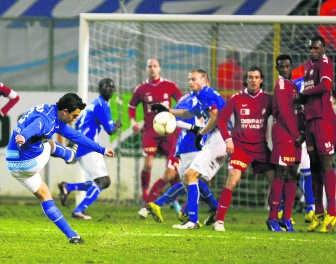 Randall Azofeifa borstelt in de toegevoegde tijd een vrijschop in doel: 2-2, de Buffalo's zijn nu al negen wedstrijden op rij ongeslagen.belga