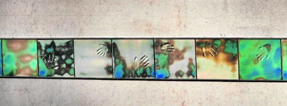 Het herdenkingsmonument bij de crèche Fabeltjesland (detail): gekleurde tegels met handafdrukken.Eric de Mildt