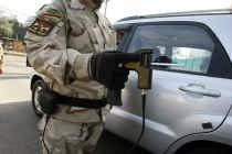 Een Irakese soldaat screent een auto op explosief materiaal met de bomdetector ADE 651. afp