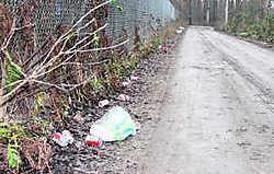 Langs Wernee, een sluipweg, worden blikjes en nog ander afval gestort.mph