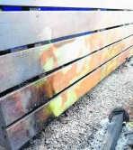 Sandra Meers bij de uitgebrande auto op de parking. N. Naets