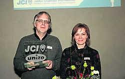 Willy De Praeter en Nathalia Tsala met hun award.pma