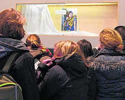 Klasgenoten van Annelies Van den Berghe herdenken de jonge vrouw aan het rouwhoekje dat in de school werd ingericht. Kurt Desplenter