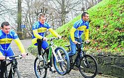 De ex-renners beklommen gezamenlijk de Muur. Eddy Vuylsteke
