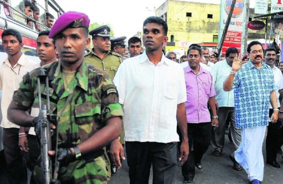 Mahinda Rajapaksa (r.) op campagne. Verwacht wordt dat de verkiezingen uitdraaien op een nek-aan-nekrace tussen de huidige president en oppositiekandidaat Sarath Fonseka. afp