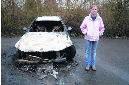 Sandra Meers bij de uitgebrande auto op de parking.N. Naets