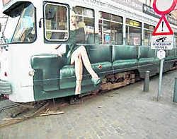 Het tramstel moest uit de sporen worden gelift zodat het verkeer rond het De Coninckplein normaal kon verlopen. vjb
