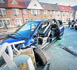 De auto belandde tegen een betonnen wand.Stijn Hermans