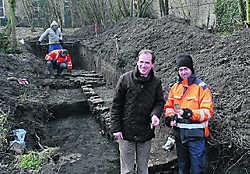 Archeoloog Bert Heyvaert en burgemeester Verfaillie hopen meer te weten te komen over het verleden van de site rond het klooster van de Blauwe Zusters. Mark Maes
