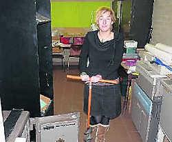 Ariane Aris bij de opengebroken kluis.pel