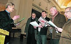 Mijnheer André (links) en zijn koorleden oefenen op hun Leuvens.Koen Merens