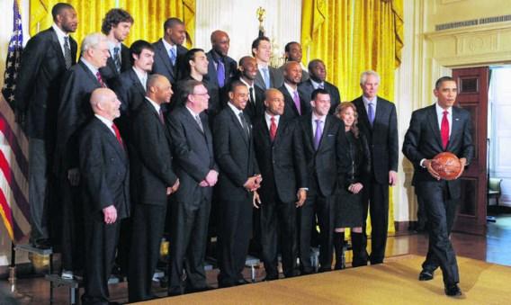 Twee dagen voor zijn toespraak vond Barack Obama nog de tijd om de Belg Didier Mbenga (uiterst linksboven) en zijn team de L.A. Lakers, de regerende NBA-kampioen, te ontvangen.epa