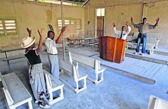 Een misviering in Carrefour, Haïti. Het grootste deel van de geloofsgemeenschap is de streek ontvlucht, op zoek naar betere oorden.ap