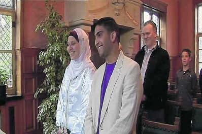 Linsey (Safiya) Daman (l.) en Abdelali (Ali) Jahoub op hun huwelijksplechtigheid in Gent.vrt