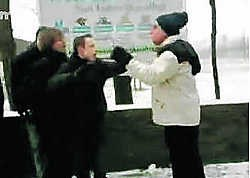 Een leraar ging door het lint nadat een jongen van 15 een sneeuwbal in zijn gezicht had gegooid. Een leerling filmde het incident en zette de beelden op het internet.