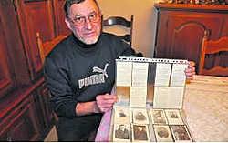 Oud-buurman en vriend des huizes van Rosa Nollens Marc Van Quickelberghe toont hoe Rosa de oudste bidprentjes netjes rangschikt.fo