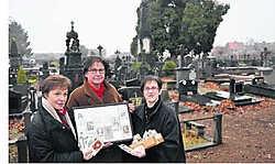 Chantal De Poorter, Bernadette Van Damme en Mireille Huys zoeken de rouwprentjes van alle overledenen. 'De begraafplaats aan de Dijkstraat is de oudste van de stad en dateert van 1700.' Fanny Lauwerier
