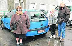 Renilde Van Gestel, Wim Hofkens en hun zoon bij het beschadigde voertuig gvdv
