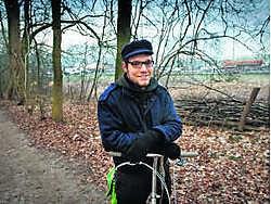 Tijs Boelens van de Jeugdbond Natuur en Milieu op de oeroude Schapenweg door het Laarbeekbos. Bart De Waele