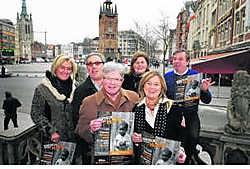 De stuurgroep van vzw Kortrijk met Miriam Jacques, Dominique Woestyn, Stefaan Vandewalle, Ann-Pascale Mommerency, Hilde Verduyn en Luc Vandewalle steekt een avondvullend programma in elkaar. Patrick Holderbeke
