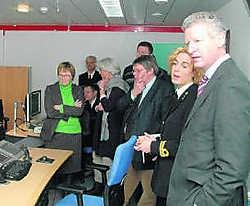 Minister De Crem kreeg demonstraties aan de computer van het Naval Mine Warfare Gaming System. dji