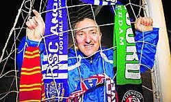 Guy Apers verzamelde twintig jaar lang voetbalsjaals. Nu verkoopt hij ze voor het goede doel.Stijn Hermans