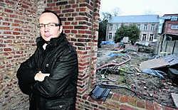 Joachim Boon, bij de pastorie: 'De cijfers die ik enkele maanden geleden op de gemeenteraad gaf, waren dus correct, ook al werden ze toen als larie weggelachen.'fvv